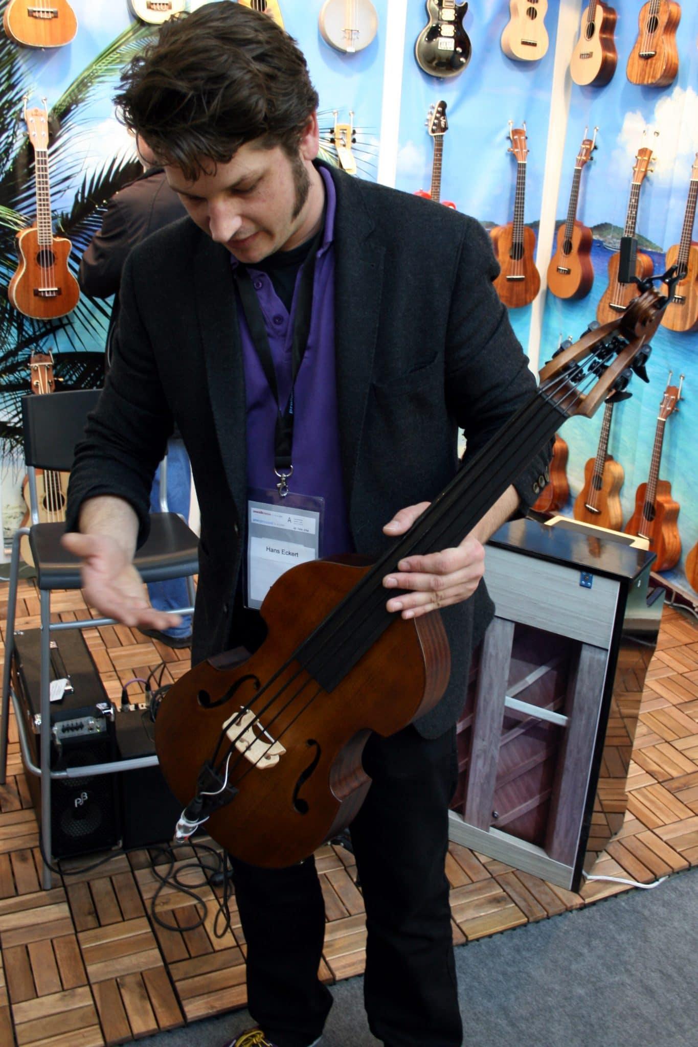 Publikumsmagnet auf der Musikmesse: eine Kontrabass-Ukulele