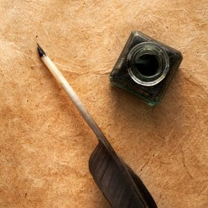 Tinte und Feder auf altem Pergament