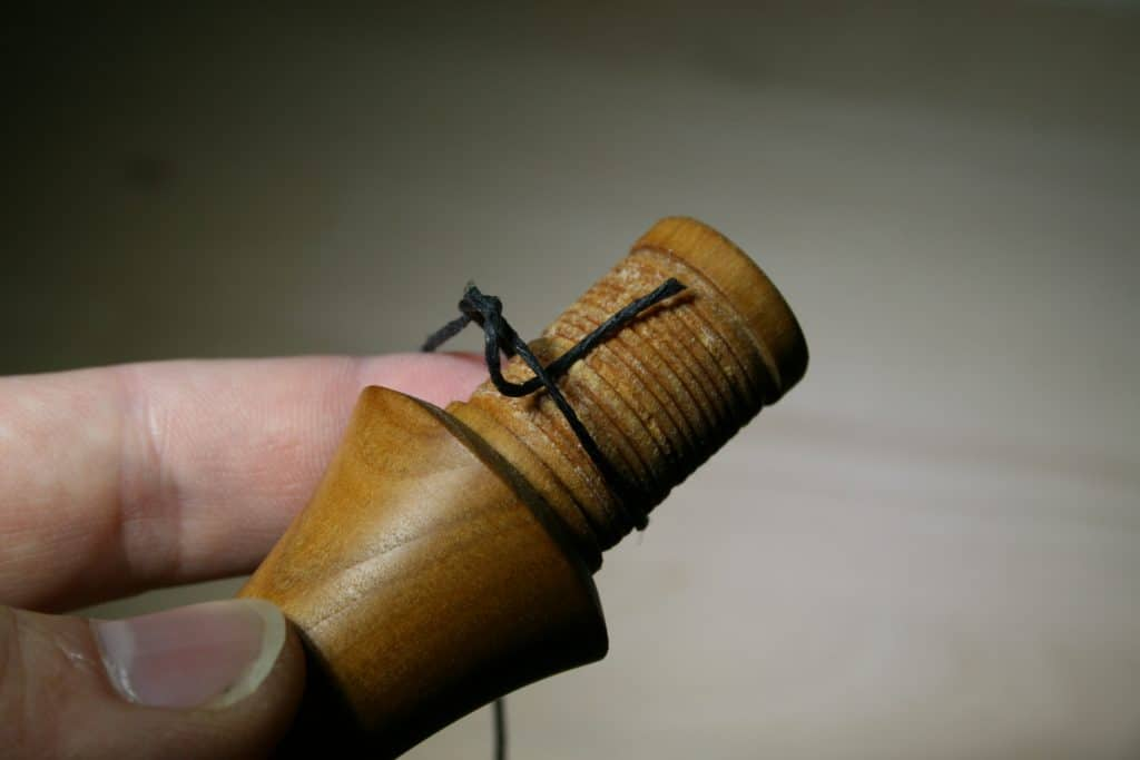 Schlaufe aus Black Waxed Bagpipe Hemp auf dem Chanter Tenon
