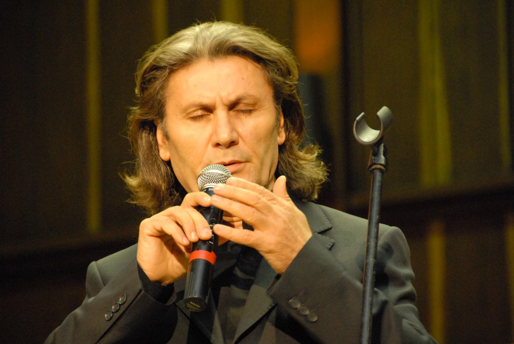 Hasan Yükselir singt mir geschlossenen Augen in ein Mikrofon