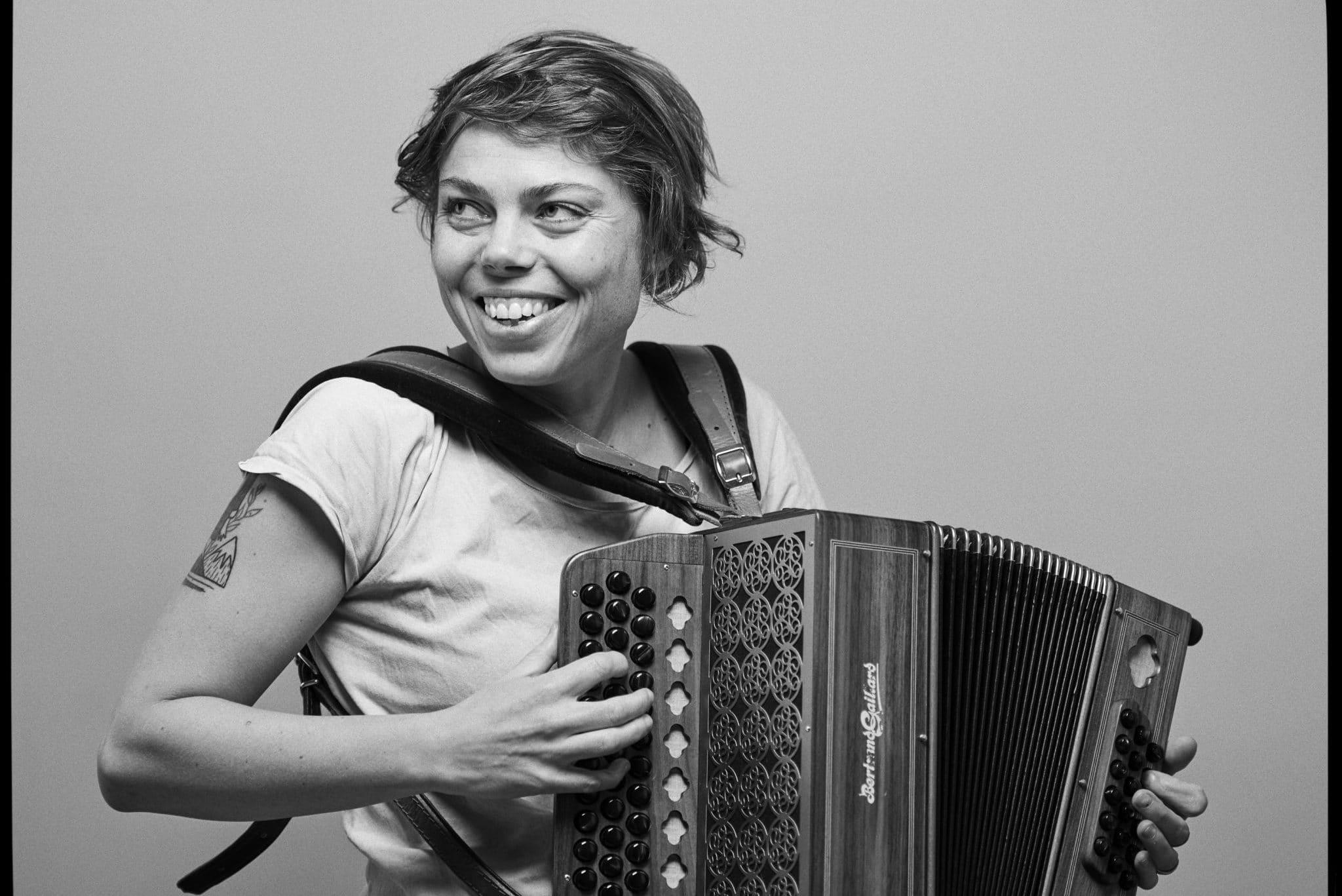 Anne Niepold mit Akkordeon