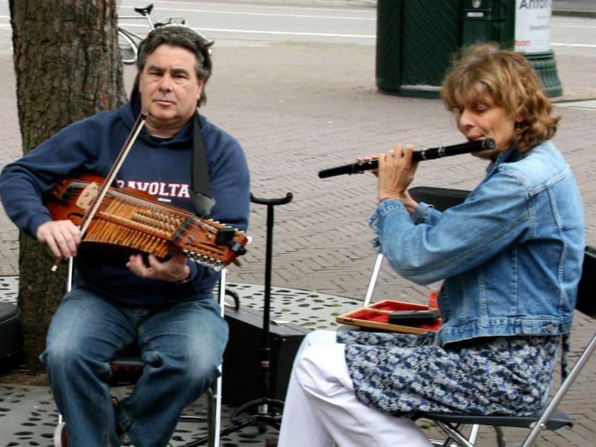 Guy und Jenny machen Straßenmusik