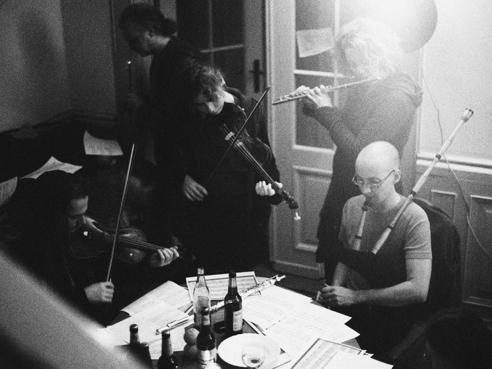 """Auf dem Spielkurs Pipenbock 2012 wird aus der gerade wieder entdeckten, aber noch nicht veröffentlichten Tanzmusik Dahlhoffs musiziert. Im Bild Vivien Zeller, Hermann Haertel jr., Matthias """"Mattis"""" Branschke"""